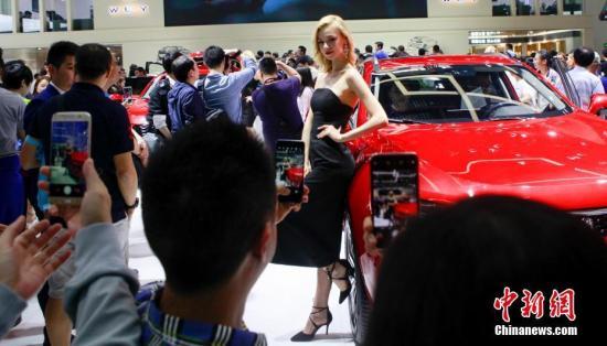 资料图:2018北京国际车展迎来首个公众参观日,吸引了众多民众。 <a target='_blank' href='http://www.chinanews.com/'>中新社</a>记者 贾天勇 摄