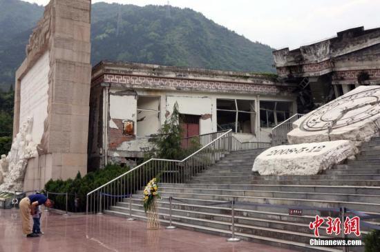 在汶川县漩口中学广场,民众悼念汶川地震的遇难者。<a target='_blank' href='http://www.chinanews.com/'>中新社</a>记者 任海霞 摄