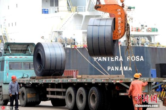 """4月29日,当日是""""五一""""小长假第一天,江苏连云港港口码头工人仍然坚守在自己的岗位上,为港口生产有序运行而劳作,在工作中度过""""五一""""假期。4月29日,码头工人在江苏连云港港散货码头泊位上忙碌。王春 摄 图片来源:东方IC 版权作品 请勿转载"""