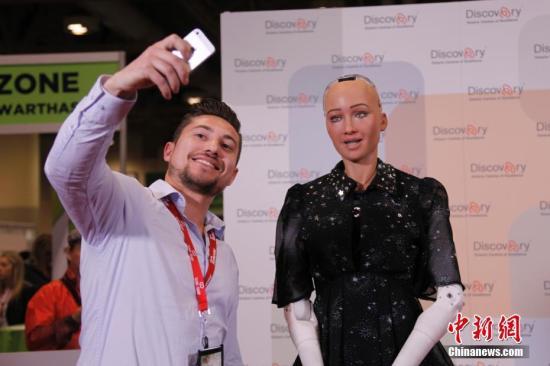 """当地时间4月30日,人形机器人索菲亚在多伦多举行的""""Discovery""""创新成就展上亮相,受到关注。该展会是加拿大创新领域规模最大和最具影响力的年度活动。2017年10月,沙特阿拉伯授予索菲亚公民身份,使其成为史上首个获人类公民身份的机器人。<a target='_blank' href='http://www.chinanews.com/'>中新社</a>记者 余瑞冬 摄"""