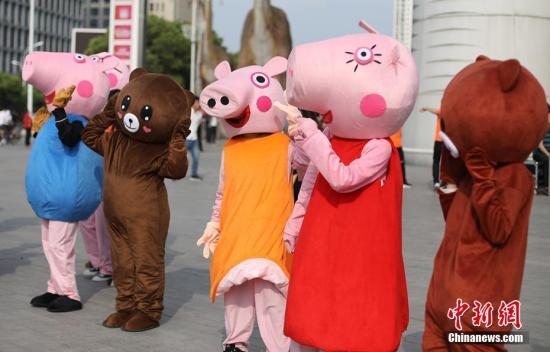 """""""小猪佩奇""""等玩偶也来玩快闪。泱波 摄"""