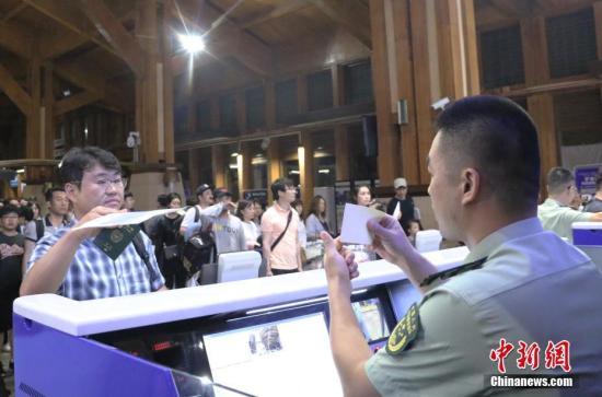 资料图:游客办理入境手续。中新社记者 王晓斌 摄