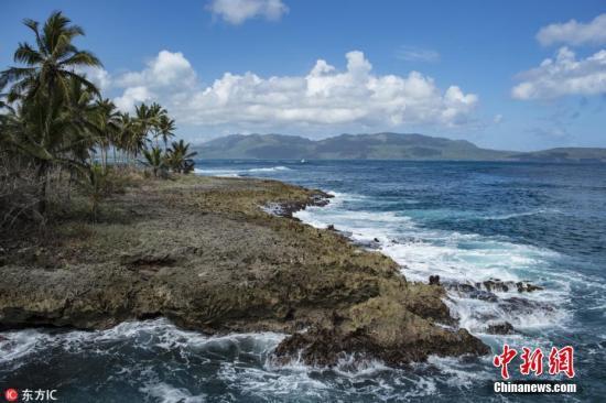 多米尼加共和国,位于加勒比海伊斯帕尼奥拉岛东部,西接海地,南临加勒比海,北濒大西洋,东隔莫纳海峡同波多黎各相望,总面积48442平方公里,首都圣多明各。多米尼加境内科迪勒拉山脉分中央、北部和东部三条横贯全国。中部的杜阿尔特峰海拔3175米,为西印度群岛的最高峰。中北部有锡瓦奥谷地,西部有大片干旱沙漠。西南部的恩里基略湖为第一大湖,是拉美陆地最低点,湖面在海平面以下40多米。北部、东部属热带海洋性气候,西南部属热带草原气候。当地特有的气候够构成了特有的风光,成为了著名的度假圣地。图为旅游胜地Las Galeras海滩。图片来源:东方IC 版权作品 请勿转载