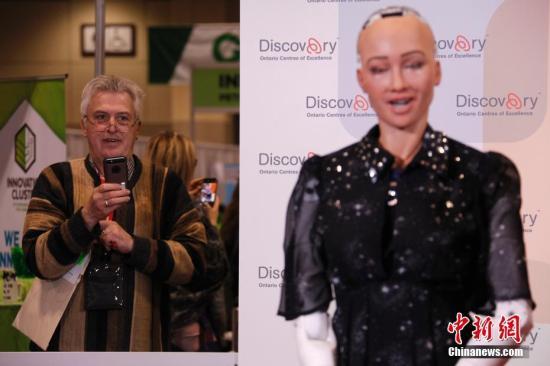 """当地时间4月30日,人形机器人索菲亚在多伦多举行的""""Discovery""""创新成就展上亮相,受到关注。该展会是加拿大创新领域规模最大和最具影响力的年度活动。2017年10月,沙特阿拉伯授予索菲亚公民身份,使其成为史上首个获人类公民身份的机器人。<a target='_blank' href='http://www-chinanews-com.hongchuanghulian.com/'>中新社</a>记者 余瑞冬 摄"""