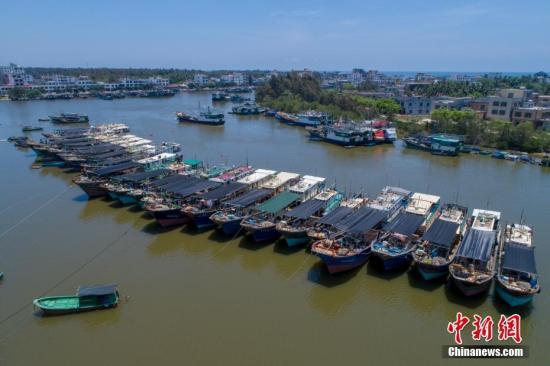资料图:航拍海南省琼海市潭门中心渔港靠泊了巨大回港渔船。中新社记者 骆云飞 拍摄