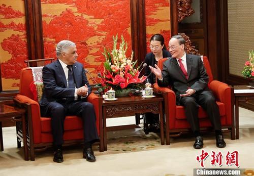 5月1日,中国国家副主席王岐山在北京中南海紫光阁会见多米尼加共和国外长巴尔加斯。中新社记者 杜洋 摄
