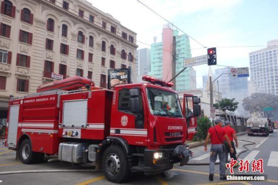圣保罗消防部门在事故现场作业。 /p中新社记者 莫成雄 摄