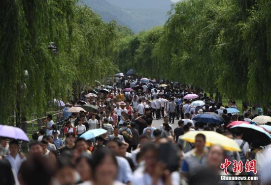 资料图:众多游客在西湖白堤游玩。 <a target='_blank' href='http://www.chinanews.com/'>中新社</a>记者 王刚 摄