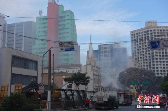 当地时间5月1日凌晨1时30分左右,巴西圣保罗市中心拉戈德派桑杜(Largo do Paissandu)广场附近的一幢24层废弃公寓楼发生火灾后坍塌,目前已至少造成1人死亡、3人失踪。图为当天下午坍塌公寓楼废墟上还冒着白烟。 /p中新社记者 莫成雄 摄