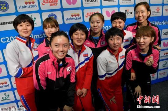 韩国乒乓球协会5月3日音讯称,韩朝两边决议在当天进行的2018年乒乓球世界集体锦标赛女子四强抢夺赛中抛弃比拼,将组成联队参与接下来的竞赛。图为当地时间5月3日,参与2018乒乓球集体世锦赛的韩国和朝鲜运动员合影。