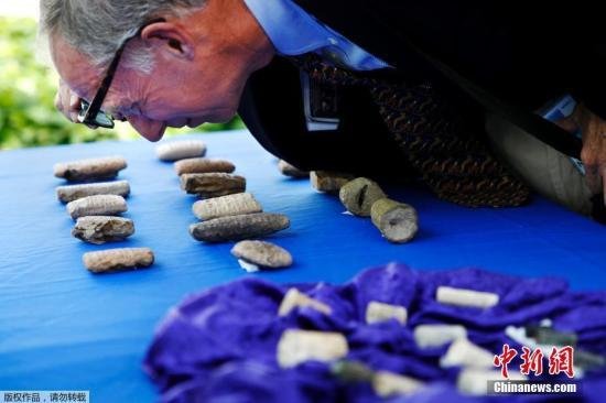当地时间2018年5月2日,美国移民及海关执法局称,美国在发现数千件伊拉克古代文物遭工艺品连锁店Hobby Lobby偷运入境后,于5月2日将其中大约3800件走私文物归还伊拉克当局。