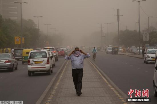当地时间5月2日,印度西部和北部地区遭遇严重沙尘暴袭击,截至目前已经导致数十人死亡,逾百人受伤。图为在新德里街头,一名男子用面巾遮住口鼻,避免吸入沙尘。