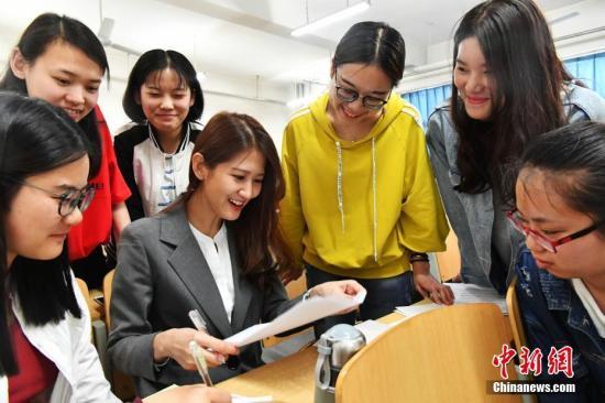 资料图:在大陆教书的台湾女教师。中新社记者 翟羽佳 摄