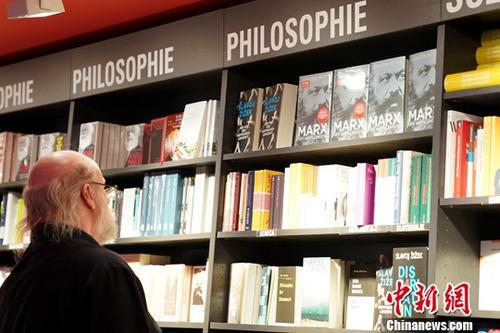 """2018年5月5日是马克思诞辰200周年纪念日,/p中新社记者近日在德国柏林观察到,""""马克思热""""正在这位伟人的故乡升温。图为5月2日,柏林最大的杜斯曼书城内,哲学区的醒目位置摆满了马克思著作及传记。中新社记者 彭大伟 摄"""
