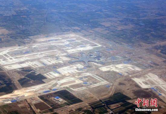 5月4日,上海飞往北京的航班飞经正在建设中的北京新机场上空,透过舷窗俯瞰,北京新机场已初具规模。<a target='_blank' href='http://www.chinanews.com/' _fcksavedurl='http://www.chinanews.com/'>中新社</a>记者 孙自法 摄