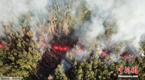 基拉韦厄火山爆发后,熔岩从地面流过。