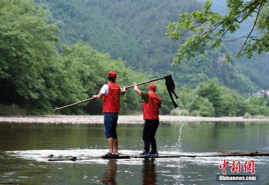 资料图:志愿者在溪流中清理河道。<a target='_blank' href='http://www.chinanews.com/'>中新社</a>记者 侯宇 摄