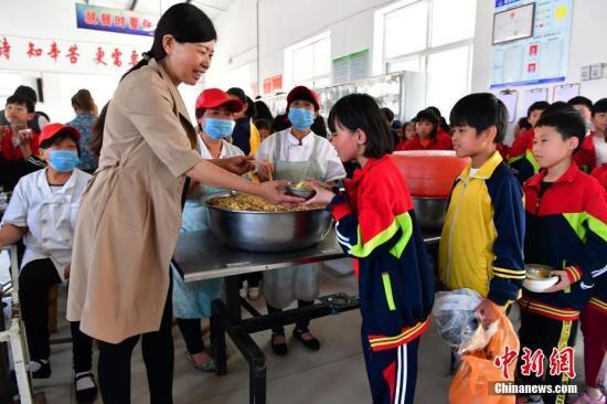 资料图:河北女教师32年坚守偏远小学。中新社记者 翟羽佳 摄