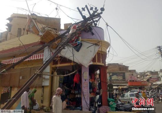 近日,印度北部遭遇强大沙尘暴,已经造成至少116人死亡,250多人受伤。风暴掠过的地区房屋倒塌,当局5月3日警告沙尘暴接下来还会持续造成破坏。气象学家也警告天气情况会更加恶劣。印度官员表示,风暴以每小时超过130公里的时速,经过北方邦、拉贾斯坦邦及旁遮普邦,死亡人数估计还会增加。沙尘暴所经之处,许多瓦房被夷为平地,很多平民在睡梦中被压死。除了房屋倒塌,沿途的树木和电线杆也倒下。现在,救援队伍正在各个灾区的废墟中进行搜救,希望能够找到生还者。印度每年都会遭遇类似风暴,造成数百人死亡。此次风暴也是数十年来最猛烈的之一。图为5月3日,印度西部拉贾斯坦州阿尔瓦尔,一根被吹倒的电线杆。