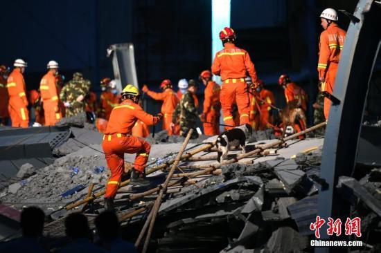 图为消防队员连夜抢救仍被困的人员。/p中新社记者 王东明 摄