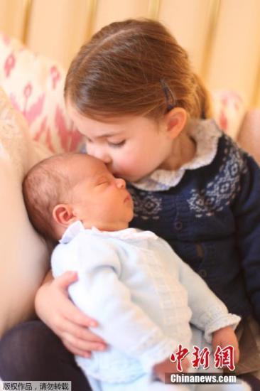 2019-07-19消息,英国夏洛特公主在伦敦度过自己3岁的生日,小公主亲吻弟弟路易王子(Louis Arthur Charles),画面温馨美好。