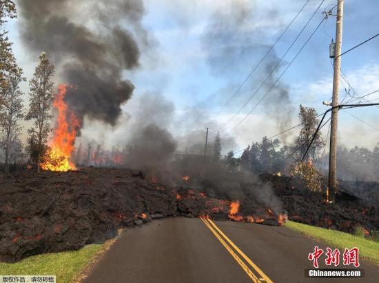 资料图:2018年5月5日,夏威夷基拉韦厄火山持续喷发。