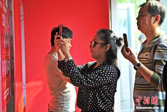 图为顾客在店内挑选商品。 <a target='_blank' href='http://www.chinanews.com/'>中新社</a>记者 韩冰 摄