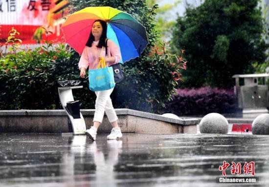 5月7日,福建省三明市将乐县一位市民在雨中出行。 <a target='_blank' href='http://www.chinanews.com/'>中新社</a>记者 张斌 摄