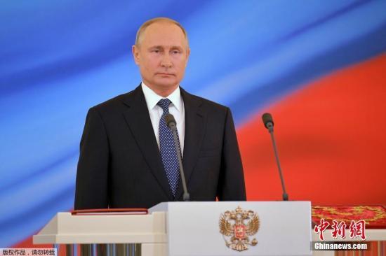 俄罗斯中选总统普京就职典礼于莫斯科时刻5月7日正午12时(北京时刻17时)开端。当天,普京首先从工作地址脱离,前往大克里姆林宫,然后进入安德烈耶夫大厅。在那里普京手按宪法宣读誓词并向大众宣布说话。尔后,普京前往克里姆林宫的教堂广场审阅总统警卫团。广场上的天使报喜教堂按传统举行祈求典礼。普京1952年生于列宁格勒市(今圣彼得堡市)。2000年3月,普京初次赢得总统推举并于2004年取得连任。2012年,普京再度中选总统至今(修改后俄宪法规定总统任期为6年)。本年3月,俄罗斯举行总统大选,普京以76.69%的高得票率取得连任。据介绍,普京邀请了5000多名来宾观看此次就职典礼。期间,来宾们在安...
