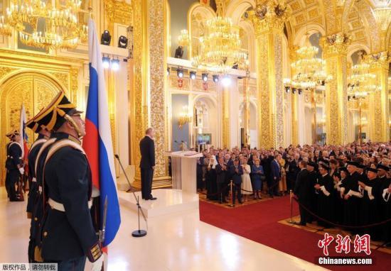 普京宣誓就职 俄宪法法院院长向其授予徽标