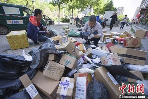 资料图:山西太原物流工作人员分拣快递包裹。 中新社记者 张云 摄