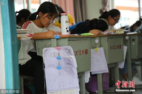 高三学生正在紧张备考。高一寒 摄 图片来源:视觉中国