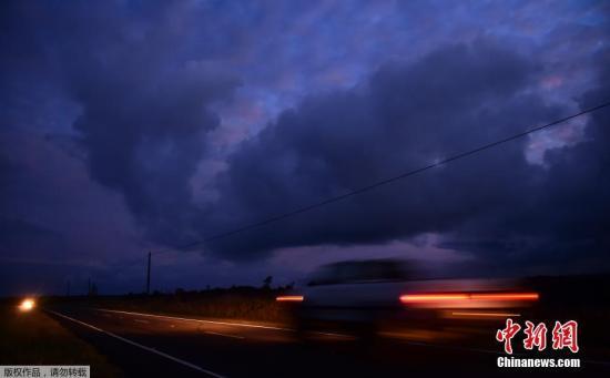 当地时间5月6日,美国夏威夷火山持续喷发,高温熔岩流向居民区和道路上。