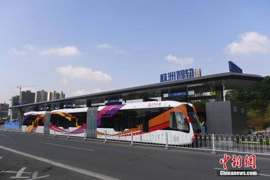 """资料图:在有着""""中国电力机车之都""""美誉的湖南株洲城区,全球首条智能轨道快运系统示范线--株洲智轨A1线路(首期)开通试运行。 杨华峰 摄"""