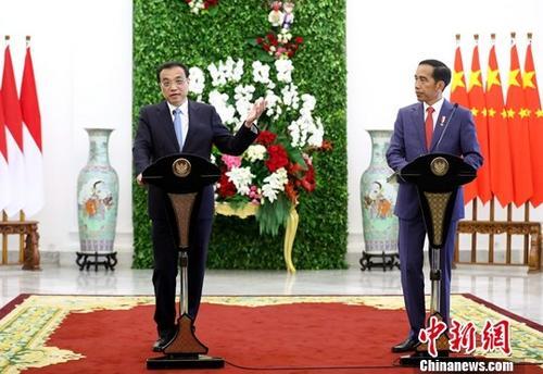当地时间5月7日中午,中国国务院总理李克强在茂物总统府同印度尼西亚总统佐科会谈后共同会见记者。中新社记者 刘震 摄