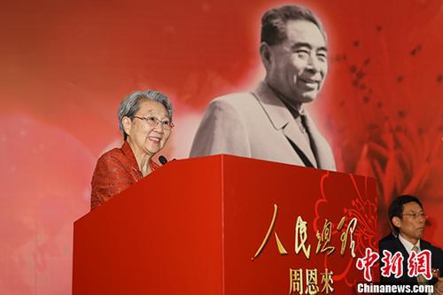 """5月8日,""""人民总理周恩来——纪念周恩来诞辰120周年(香港)大型展览""""在香港会展中心举行。图为周恩来侄女周秉德出席开幕仪式并致辞。中新社记者 谢光磊 摄"""