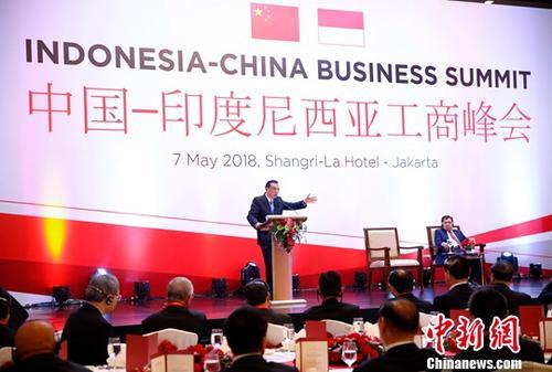 当地时间5月7日晚,中国国务院总理李克强在雅加达与印尼副总统卡拉共同出席中国—印尼工商峰会并发表主旨演讲。中新社记者 刘震 摄