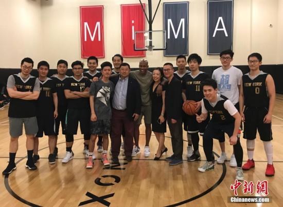 资料图片:美国篮球明星马布里同来自来自NECBL美东杯北美高校全国大赛的中国留学生们进行了一场交流赛。中新社记者 马德林 摄