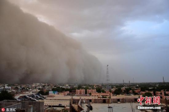 资料图:当地时间5月7日,印度遭沙尘暴袭击,大风卷着黄沙如同移动的沙墙。图片来源:东方IC 版权作品 请勿转载