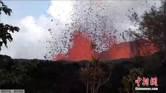 资料图:当地时间5月6日,美国夏威夷火山持续喷发,居民在家中院子里拍到岩浆从裂缝中涌出的场景,距离他仅30米左右远。火山连续喷发已造成当地近2000人撤离。(视频截图)