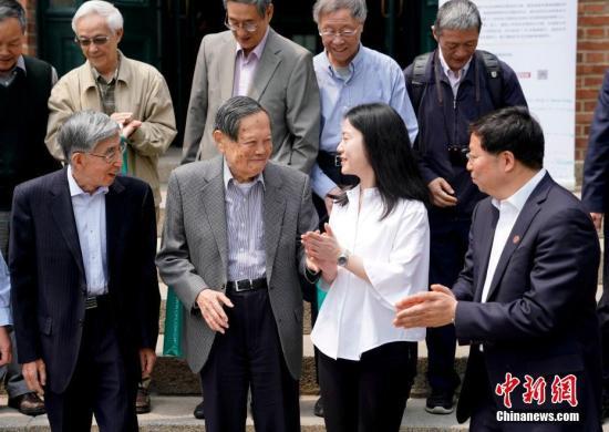 5月10日上午,诺贝尔物理学奖获得者、著名物理学家杨振宁先生与翁帆女士的新书《晨曦集》在北京清华大学高等研究院发布。 <a target='_blank' href='http://www.chinanews.com/'>中新社</a>记者 杜洋 摄