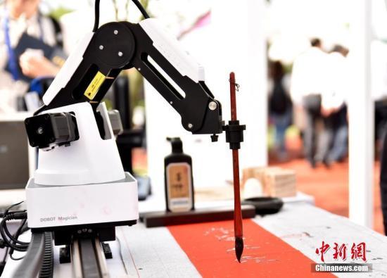 资料图:机器人写毛笔字。中新社记者 何蒋勇 摄