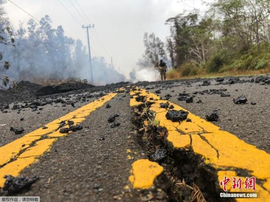 当地时间5月9日,,美国夏威夷群岛基拉韦火山持续喷发,附近居民区地面8日下午出现两条新裂缝,喷发有毒气体和岩浆,引发夏威夷县政府发布新一轮紧急疏散警报。