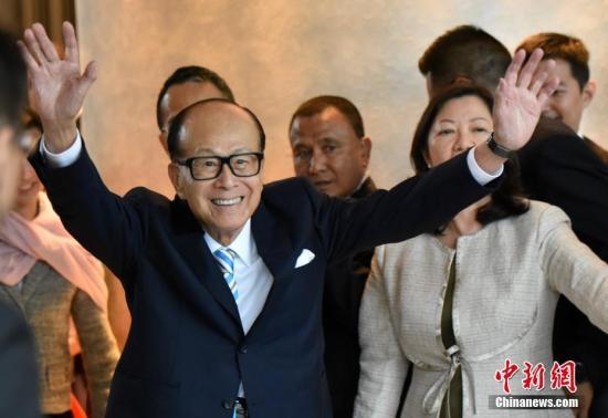 """李嘉诚正式退任长和系主席 """"希望香港个个都好"""""""