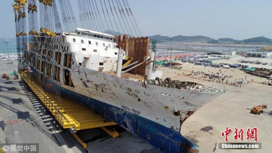 待扶正作业完成后,海洋水产部将启动针对船体左舷部分的调查以及失踪者搜寻工作。 图片来源:视觉中国