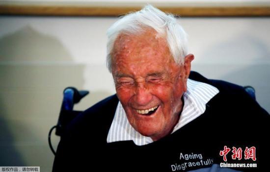 资料图:当地时间2018年3月9日,104岁的澳大利亚科学家古道尔(David Goodal)博士在瑞士巴塞尔召开发布会。由于健康恶化,古道尔前往瑞士寻求医助安乐死,当地时间10日上午10时左右,他将在医师协助下离开人世。古道尔在记者会上表示,他期盼这一天已久,随后还用德语唱了一小段《欢乐颂》。