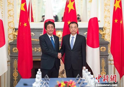 当地时间5月9日下午,中国国务院总理李克强在东京迎宾馆同日本首相安倍晋三举行会谈。记者 刘震 摄
