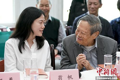 图为杨振宁与翁帆。 <a target='_blank' href='http://www.chinanews.com/'>中新社</a>记者 杜洋 摄