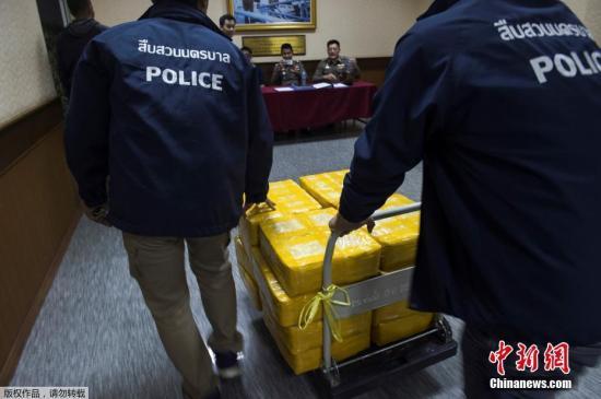 资料图片:泰国警方在曼谷展示缴获的毒品。