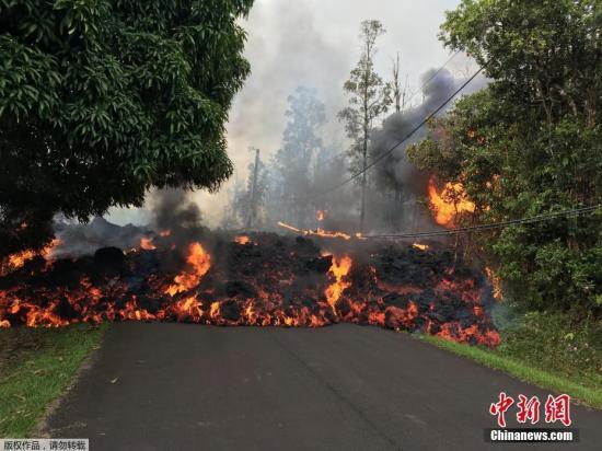 当地时间5月9日,美国夏威夷群岛基拉韦火山持续喷发,熔岩到处肆虐,所经之处景象骇人。
